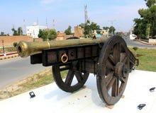 Το Nawab του πυροβόλου Bahawalpur στις ρόδες για τον πόλεμο, πυροβόλο του Castle για υπερασπίζει Αρχαίο βαρέλι πυροβόλων όπλων το στοκ φωτογραφίες με δικαίωμα ελεύθερης χρήσης