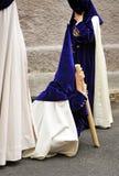 Το Nazarene κούρασε το παιδί σε Triana, αδελφοσύνη της ελπίδας, ιερή εβδομάδα στη Σεβίλη, Ανδαλουσία, Ισπανία στοκ εικόνα
