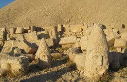 Το Nemrut Dagı Milli Parki, τοποθετεί Nemrut με τα αρχαία αγάλματα διευθύνει og τους Θεούς βασιλιάδων anf στοκ φωτογραφία με δικαίωμα ελεύθερης χρήσης