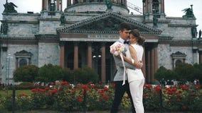 Το Newlyweds θέτει μπροστά από τον παλαιό καθεδρικό ναό απόθεμα βίντεο
