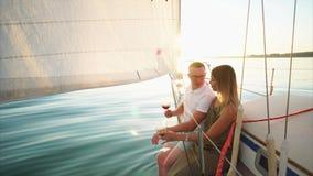 Το Newlyweds ξοδεύει τον πλέοντας ποταμό μήνα του μέλιτος τους και πίνει το κρασί απόθεμα βίντεο
