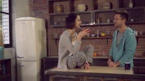 Το Newlyweds πίνει τον καφέ στο σπίτι απόθεμα βίντεο
