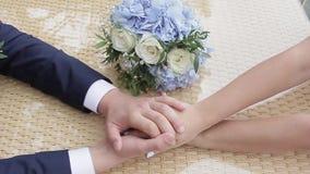 Το Newlyweds παίρνει το ένα το άλλο χέρια ` s απόθεμα βίντεο
