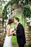 Το Newlyweds φιλά στην εξωτερική γαμήλια τελετή στοκ φωτογραφίες με δικαίωμα ελεύθερης χρήσης