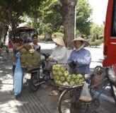 Το Nha Trang, Βιετνάμ, προμηθευτές πωλεί τα φρούτα σε μια οδό Στοκ Εικόνες