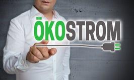 Το Oekostrom στη γερμανική πράσινη οθόνη αφής ηλεκτρικής ενέργειας είναι άτομο-oper-επανδρώνει Στοκ Φωτογραφία