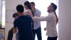Το onfidence Ð ¡ και η εμπιστοσύνη, οι πτώσεις κοριτσιών στην πλάτη και οι συνάδελφοι την πιάνουν και επιδοκιμάζουν έπειτα στη θε απόθεμα βίντεο