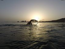 Το Openwaterswimming στην ανατολή ακτινοβολεί στιγμή νερού στοκ εικόνα