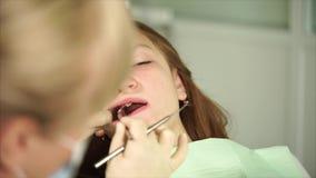 Το Orthodon ελέγχει τα δόντια ενός εφήβου που έχει έρθει στην κλινική για την επεξεργασία απόθεμα βίντεο