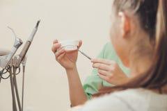 Το Orthodontist παρουσιάζει στον ασθενή ένα ασβεστοκονίαμα που πετιέται των όμορφων υγιών δοντιών Στοκ Εικόνα