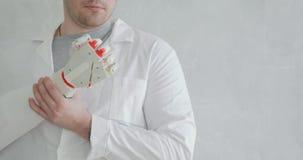 Το orthopedist γιατρών εξετάζει το ρομποτικό προσθετικό χέρι που προσπαθεί  φιλμ μικρού μήκους