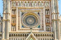 το otranto Πούλια της Ιταλίας καθεδρικών ναών αυξήθηκε παράθυρο Στοκ εικόνα με δικαίωμα ελεύθερης χρήσης