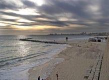 Το Paisaje marino de playa con χαλά το nublado cielo Υ Στοκ Φωτογραφία
