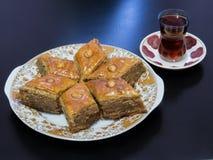 Το paklava του Μπακού σε μια πιατέλα με το τσάι έχυσε σε ένα γυαλί Armud Στοκ φωτογραφία με δικαίωμα ελεύθερης χρήσης