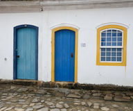 Το Paraty, Βραζιλία στην ακτή της Βραζιλίας, έχει την πολύ ζωηρόχρωμη αποικιακή αρχιτεκτονική Στοκ φωτογραφία με δικαίωμα ελεύθερης χρήσης