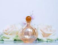 Το Parfume με το λευκό αυξήθηκε Στοκ εικόνες με δικαίωμα ελεύθερης χρήσης
