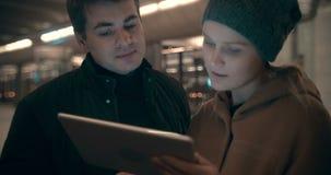 Το PC ταμπλετών βοηθά επιχειρήσεις παντού απόθεμα βίντεο