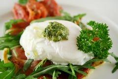 το pesto 6 αυγών κυνήγησε λαθρ& Στοκ Φωτογραφία