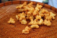 Το Phongko είναι το όνομα ενός είδους κινεζικών τροφίμων Γίνοντας με το αλεύρι σίτου, περικοπή στα τηγανητά κομματιών το πετρέλαι στοκ φωτογραφία