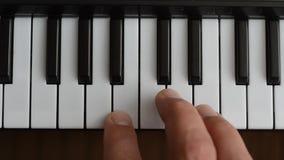 Το pianist παίζει το πιάνο απόθεμα βίντεο