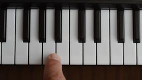 Το pianist παίζει το πιάνο φιλμ μικρού μήκους