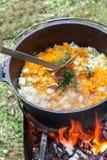 Το pilau ρυζιού μαγειρεύει στο δοχείο στην πυρκαγιά στοκ εικόνες με δικαίωμα ελεύθερης χρήσης