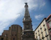 Το plaza του Ιησού Nuovo που βλέπει από χαμηλό με στο κέντρο τον οβελίσκο του αμόλυντου Νάπολη Ιταλία στοκ εικόνα