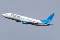 Το Pobeda Boeing 737-800 κάνει την τελική στροφή στο έδαφος στο διεθνή αερολιμένα Vnukovo Στοκ Φωτογραφία