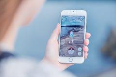 Το Pokemon πηγαίνει app με Tentacool pokemon πιάνοντας στο iPhone 6 της Apple Στοκ φωτογραφία με δικαίωμα ελεύθερης χρήσης