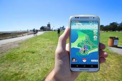 Το Pokemon ΠΗΓΑΙΝΕΙ App που παρουσιάζει στοιχεία χαρτών παιχνιδιών Στοκ Εικόνα