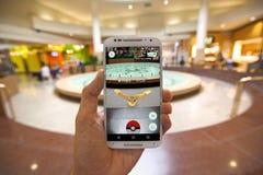 Το Pokemon ΠΗΓΑΙΝΕΙ App που παρουσιάζει ότι Pokemon αντιμετωπίζει Στοκ Φωτογραφίες