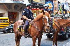 Το Policeofficer οδηγά το άλογό του Στοκ εικόνα με δικαίωμα ελεύθερης χρήσης