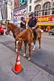Το Policeofficer οδηγά το άλογό του Στοκ Εικόνα