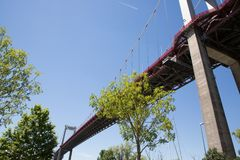 Το Pont δ ` Aquitaine επεκτείνεται πέρα από Garonne από Lormont στο βόρειο τμήμα του Μπορντώ στοκ εικόνες με δικαίωμα ελεύθερης χρήσης