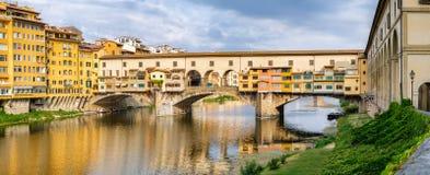 Το Ponte Vecchio, μια μεσαιωνική γέφυρα πέρα από τον ποταμό Arno στη Φλωρεντία, Ιταλία Στοκ φωτογραφία με δικαίωμα ελεύθερης χρήσης