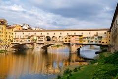 Το Ponte Vecchio, μια μεσαιωνική γέφυρα πέρα από τον ποταμό Arno στη Φλωρεντία, Ιταλία Στοκ φωτογραφίες με δικαίωμα ελεύθερης χρήσης