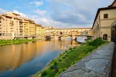 Το Ponte Vecchio πέρα από τον ποταμό Arno στην πόλη της Φλωρεντίας Στοκ εικόνα με δικαίωμα ελεύθερης χρήσης