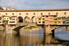 Το Ponte Vecchio πέρα από τον ποταμό Arno στην πόλη της Φλωρεντίας Στοκ Εικόνα