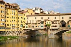 Το Ponte Vecchio πέρα από τον ποταμό Arno στην πόλη της Φλωρεντίας Στοκ Εικόνες