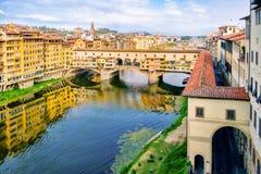 Το Ponte Vecchio πέρα από τον ποταμό Arno στην πόλη της Φλωρεντίας Στοκ φωτογραφία με δικαίωμα ελεύθερης χρήσης