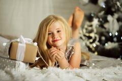 Το Portrair του αρκετά ξανθού κοριτσιού είναι κοντά στο διακοσμημένο χριστουγεννιάτικο δέντρο Στοκ Εικόνες