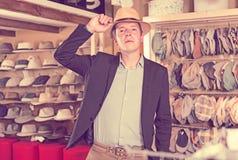 Το Portret του ευτυχούς τύπου προσπαθεί στον Παναμά στο headwear κατάστημα Στοκ Εικόνες