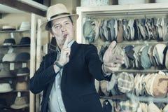 Το Portret του χαμόγελου του νέου τύπου προσπαθεί στον Παναμά στο headwear κατάστημα Στοκ Φωτογραφίες