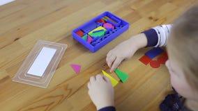 Το Preschooler εξετάζει τις γεωμετρικές μορφές απόθεμα βίντεο