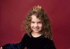 Το Pricess προσποιείται το παιχνίδι: Κορίτσι Laughint στην κορώνα στοκ φωτογραφία