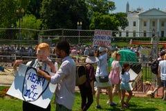 Το Protestors στις οικογένειες ανήκει μαζί συνάθροιση στοκ εικόνες