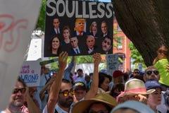 Το Protestors στις οικογένειες ανήκει μαζί συνάθροιση στοκ εικόνα με δικαίωμα ελεύθερης χρήσης