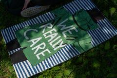 Το Protestors στις οικογένειες ανήκει μαζί συνάθροιση στοκ φωτογραφίες