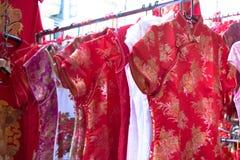 Το Qipao, cheongsam, ή το κινεζικό εθνικό φόρεμα πωλεί στην οδό Στοκ φωτογραφίες με δικαίωμα ελεύθερης χρήσης