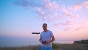 Το Quadrocopter απογειώνεται από τα χέρια των ατόμων Πυροβολισμός σε σε αργή κίνηση 4K απόθεμα βίντεο